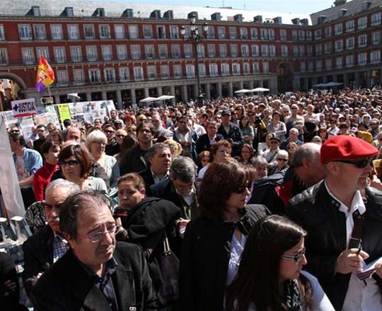 In migliaia in Plaza Mayor contro i crimini della dittatura